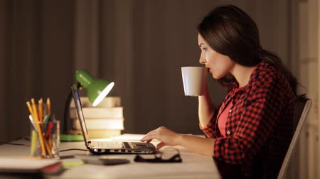 içme : student or woman typing on laptop at night home