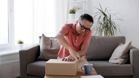 paket : man opening parcel box with paper knife at home Stok Video