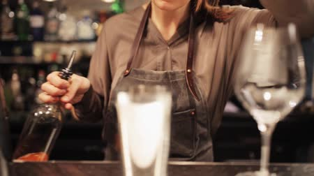 barista : barmaid con agitatore preparare cocktail al bar