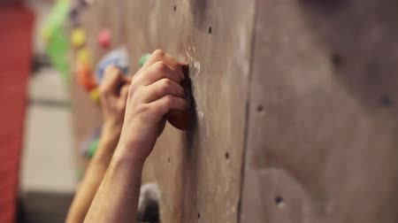 wspinaczka : young man exercising at indoor climbing gym wall Wideo