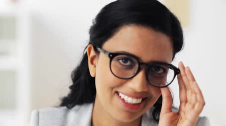 espetáculos : face of happy smiling young woman in glasses Stock Footage