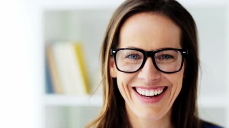 espetáculos : face of happy smiling middle aged woman in glasses