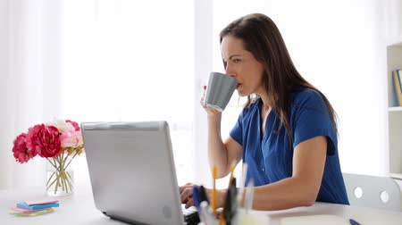 síťování : woman with laptop and coffee at home or office Dostupné videozáznamy
