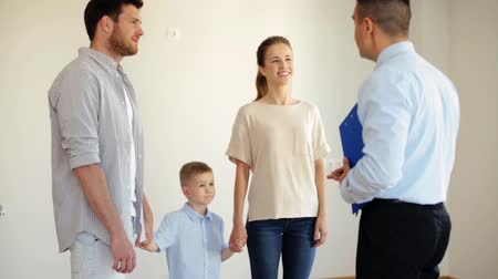nowe mieszkanie : happy family and realtor at new house or apartment