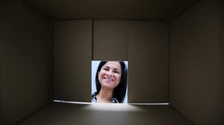 paket : happy woman opening cardboard parcel box Stok Video