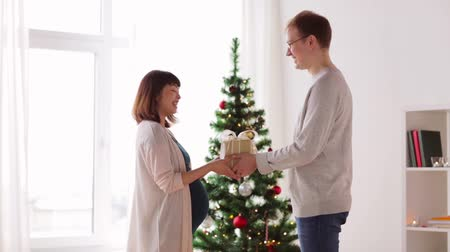 tebrik : husband giving christmas present to pregnant wife Stok Video