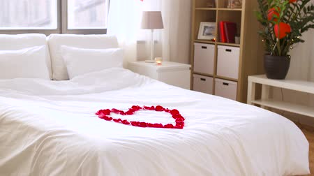 almofada : cozy bedroom decorated for valentines day