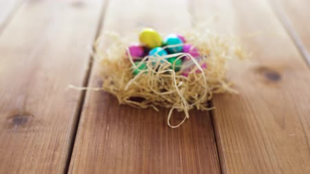 fészek : chocolate easter eggs in straw nest on table