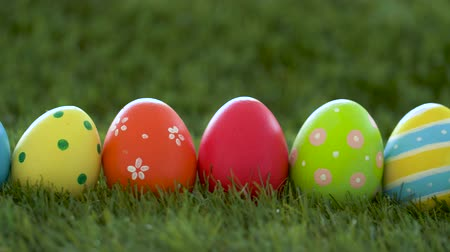 desenli : row of colored easter eggs on artificial grass Stok Video