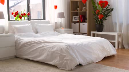 canteiro de flores : cozy bedroom decorated for valentines day