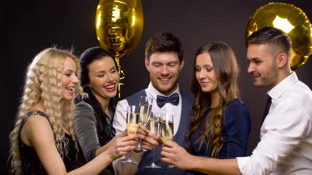 espumante : happy friends clinking champagne glasses at party