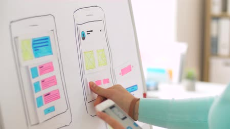 experiência : woman working on smartphone interface design