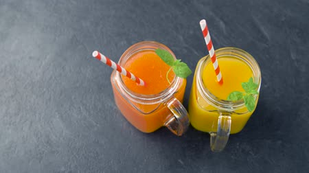 цитрусовые : close up of fresh juices in mason jar glasses Стоковые видеозаписи