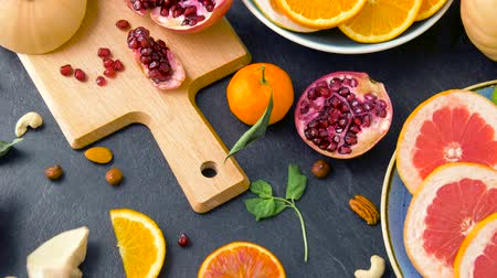 granaatappel : close-up van fruit, noten en groenten op tafel