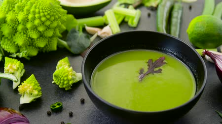stále : close up of vegetable green cream soup in bowl