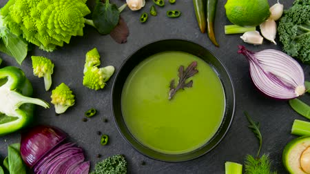 zupa groszek : close up of vegetable green cream soup in bowl