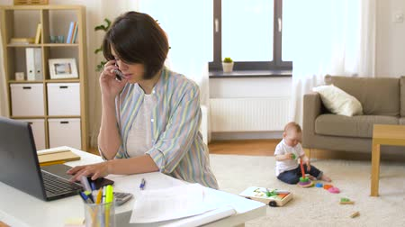 мама : working mother calling on smartphone and baby Стоковые видеозаписи