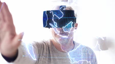 perceptie : senior man in vr headset met aarde projectie