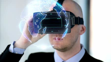 eszköz : businessman with vr headset and virtual projection
