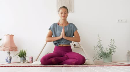 meditando : woman meditating in lotus pose at yoga studio