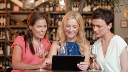 аперитив : women with tablet pc at bar wine or restaurant