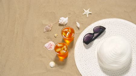 kalap : cocktails, sun hat and sunglasses on beach sand