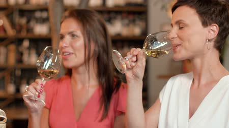 bebida alcoólica : women with gift drinking wine at bar or restaurant