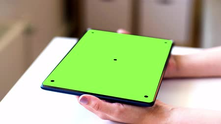 tablette : mains avec chroma key screen vert sur tablet pc