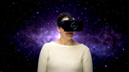 átadó : woman with vr headset and coding over space Stock mozgókép