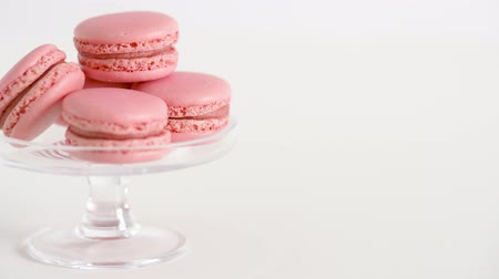 cukros : pink macarons on glass confectionery stand Stock mozgókép