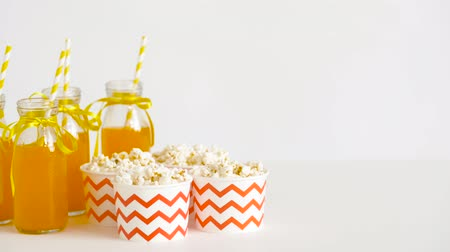 tuzlu : lemonade or juice in glass bottles and popcorn Stok Video