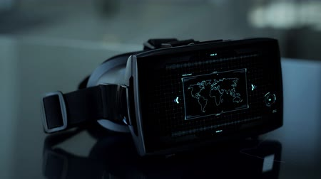 harita : vr headset with coding and world map on screen Stok Video