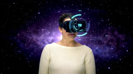 interativo : woman with vr headset and coding over space Stock Footage