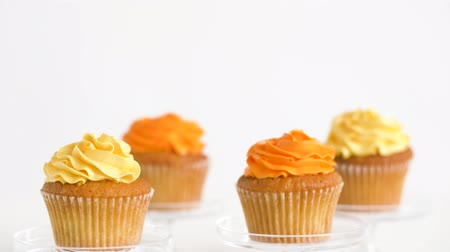 углеводы : cupcakes with frosting on confectionery stands