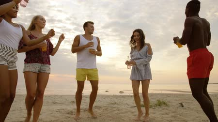 limonáda : happy friends dancing at summer beach party