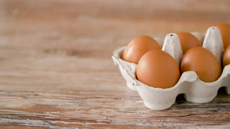 nutriente : close up of eggs in cardboard box on wooden table