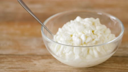 coalhada : close up of cottage cheese in bowl on wooden table Vídeos
