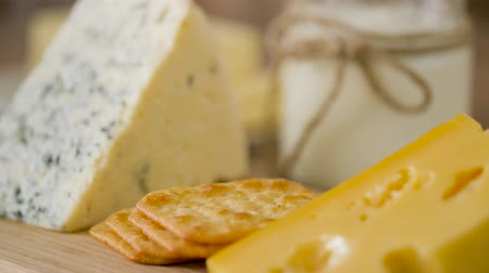 produtos lácteos : close up of cheese, crackers and butter on table
