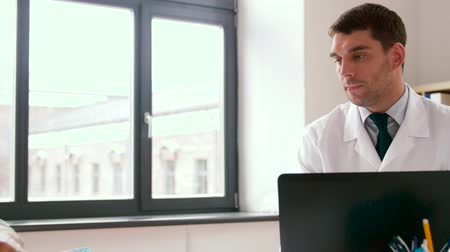 cardiologista : doctor with laptop and male patient at hospital Stock Footage