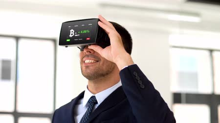fizetés : businessman with virtual reality headset at office Stock mozgókép