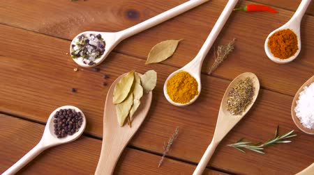 curcuma : spoons with different spices on wooden table Vídeos