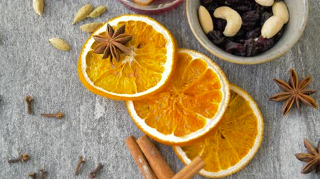 цитрусовые : hot mulled wine, orange slices, raisins and spices