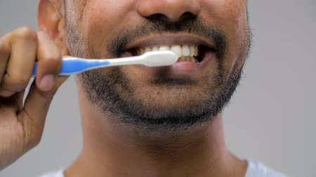 escovação : close up of man with toothbrush cleaning teeth