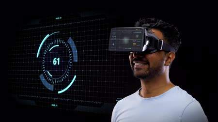 realidade : man in vr headset with virtual screen projection Vídeos