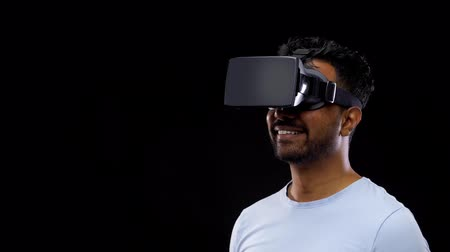 perceptie : man in vr-bril of VR-headset Stockvideo
