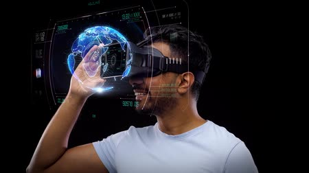 interativo : man in vr headset with virtual earth projection Stock Footage