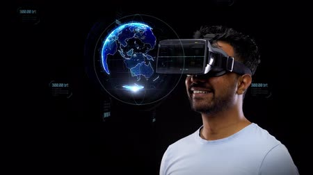 realidade : man in vr headset with virtual earth projection Vídeos