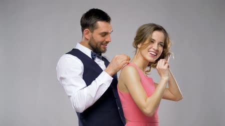 ожерелье : happy man giving diamond necklace to woman