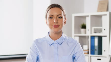 bate papo : businesswoman having video conference at office Stock Footage