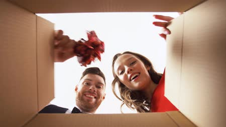 kézbesítés : happy couple opening christmas gift box Stock mozgókép